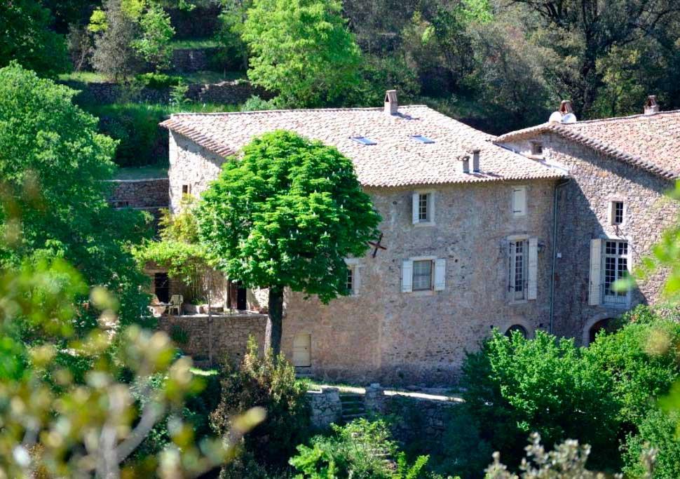 les-cles-du-paradis-salle-location-mariage-gard-cevennes-herault-chambre-hote-nature-reception-terrasse-domaine3